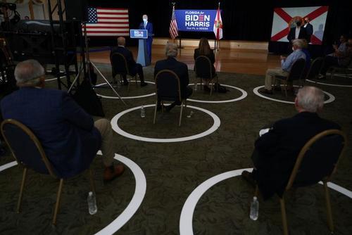 سخنرانی بایدن در جمع حامیان سالمندش در فلوریدا. ستاد بایدن برای ایمنی سالمندان آنها را از دیگر هواداران جدا کرده و جلسه ای جدا برای آنها ترتییب داده و فاصله فیزیکی را در چینش صندلی های آنها رعایت کرده است./13 اکتبر 2020
