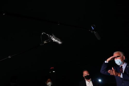 رعایت فاصله فیزیکی بین خبرنگاران و بایدن در فرودگاه بین المللی شهر
