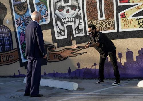 در جریان دیدارهای مردمی هم ستاد بایدن با خط کشی و فاصله گذاری و تاکید بر زدن ماسک برای افرادی که می خو.اهند بایدن را ملاقات و با او صحبت کنند، موازین پیشگیری از کرونا را رعایت می کند./ شهر فینیکس آریزونا/ 8 اکتبر 2020