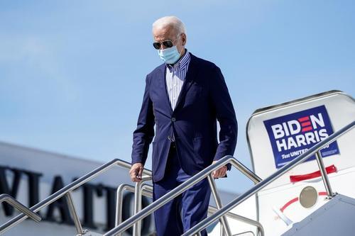 بایدن غالب اوقات در داخل هواپیما و در بین اعضای ستاد انتخاباتی خود ماسک می زند و تلاش می شود اعضای جوان تر ستاد، زیاد با او در تماس نباشند. بایدن 77 سال دارد و به دلیل سالمندی دستکم یک فاکتور خطرآفرین را دارد.