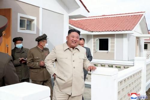 رهبر کره شمالی در بازدید از پروژه بازسازی بناهای آسیب دیده از سیل در استان