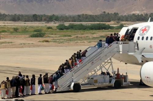 اجرای موافقتنامه تبادل زندانیان در یمن. زندانیان انصارالله (حوثی) در حال سوار شدن به هواپیما هستند تا به فرودگاه شهر صنعا بروند./ رویترز