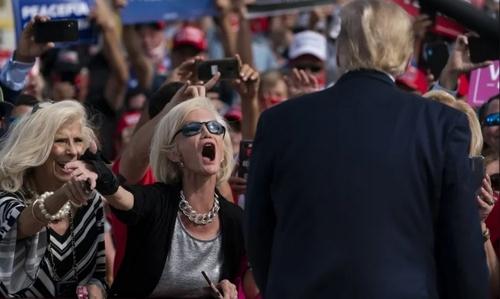 حامیان بدون ماسک ترامپ در استقبال از سفر انتخاباتی او در فرودگاه شهر