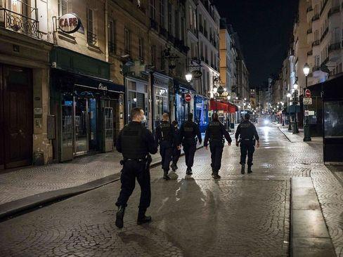 نظارت پلیس فرانسه به بسته بودن اماکن تجاری و تفریحی در شهر پاریس در راستای دومین طرح قرنطینه سراسری و اعمال محدودیتها برای جلوگیری از شیوع بیشتر بیماری کووید19 در موج دوم کرونا/ آسوشیتدپرس
