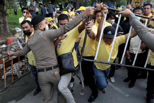 پلیس تایلند در تلاش برای جدا کردن معترضان دموکراسیخواه با طرفداران نظام پادشاهی در درگیری بین این دو گروه در جریان تظاهراتی در شهر بانکوک/ رویترز