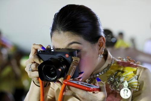 دختر پادشاه فقید تایلند در حال عکسبرداری از مراسم چهارمین سالگرد درگذشت پدرش در کاخ پادشاهی در شهر بانکوک/ رویترز
