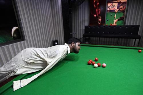 مرد معلول 32 ساله پاکستانی که به طور مادرزاد فاقد دست است در بیلیارد بازی با چانهاش مهارت کسب کرده است./ رویترز