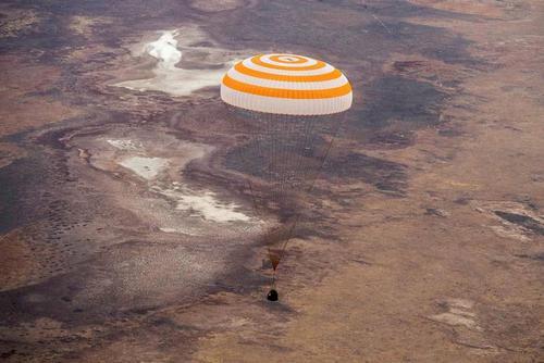 فرود کپسول فضاپیمای سایوز روسی حامل 3 فضانورد آمریکایی و روسی که از سفر فضایی به زمین بازگشتهاند./ قزاقستان/ رویترز