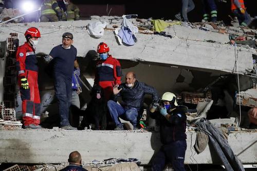 نجات زلزله زدگان از زیر آوار در شهر ازمیر ترکیه/ رویترز