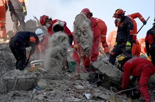 تلاش امدادگران برای یافتن افراد زیر آوار مانده در زلزله اخیر شهر ازمیر ترکیه/ خبرگزاری فرانسه
