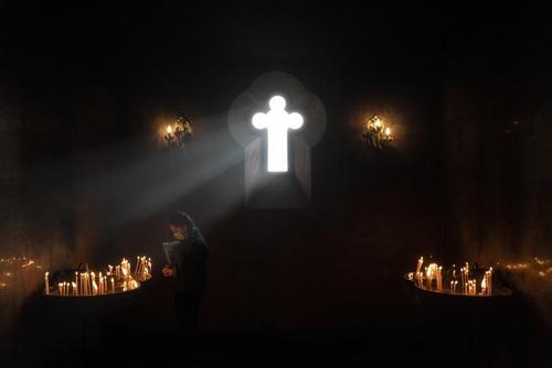 دعا در داخل کلیسایی در شهر ایروان ارمنستان/ رویترز