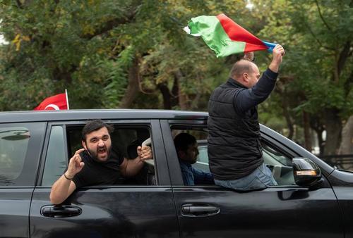 شادمانی مردم در  شهر باکو آذربایجان از بازپسگیری مناطق اشغالی منطقه قرهباغ از ارمنستان/ رویترز