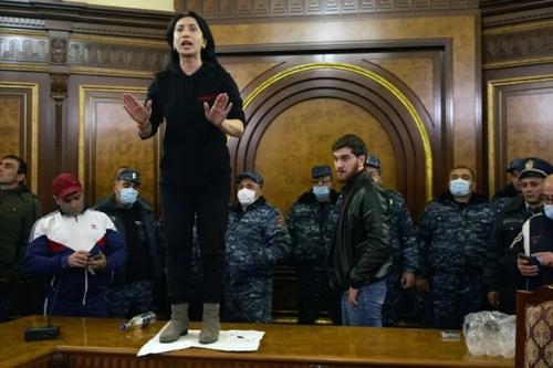معترضان به قرارداد آتشبس جنگ قرهباغ بین آذربایجان و ارمنستان در دفتر نخست وزیری ارمنستان در ایروان/ گتی ایمجز