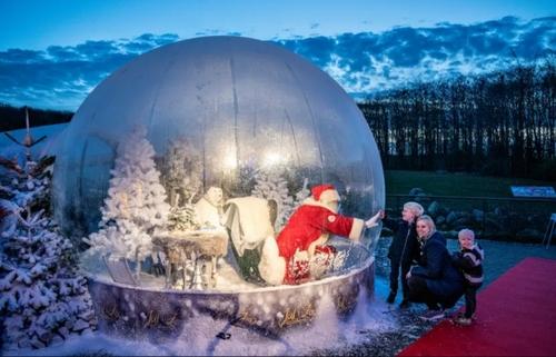 بابانوئل در حباب برفی در باغ وحش شهر