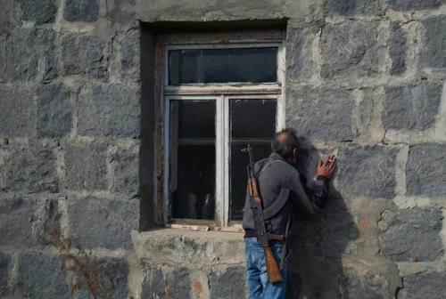 بازگشت آذریهای آواره شده به خانههایشان در قره باغ؛ یک مرد آذری در حال بوسیدن دیوار خانهاش در شهر
