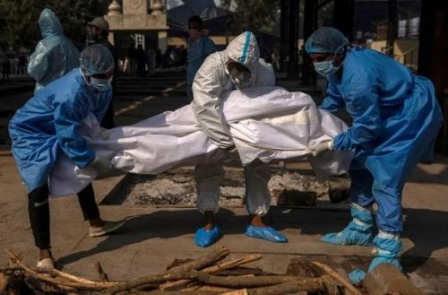 سوزاندن پیکر یک فوتی کرونایی در شهر دهلی هند/ رویترز