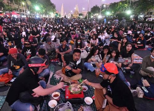اعتراضات دموکراسی خواهان در شهر بانکوک همزمان با حضور پادشاه و ملکه در مراسم افتتاح مترو