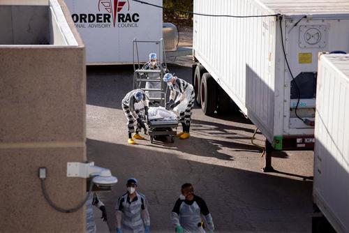استخدام زندانیان زندان ال پاسو در ایالت تگزاس آمریکا به عنوان نعشکِش فوتیهای کرونایی با ساعتی 2 دلار حقوق و 8 ساعت کار روزانه/ رویترز