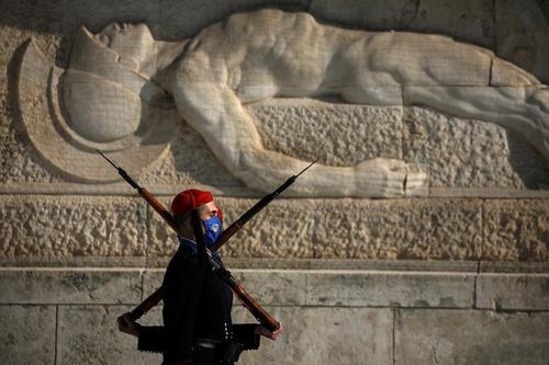 گارد تشریفات مقبره سرباز گمنام در شهر آتن یونان/ رویترز