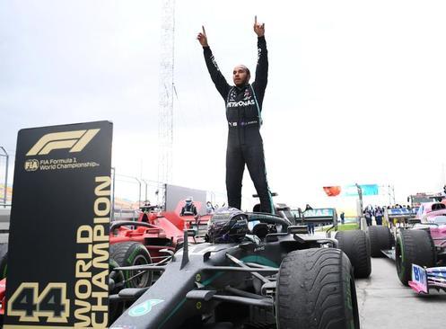 لوییس همیلتون برنده مسابقات اتومبیلرانی جایزه بزرگ استانبول/ رویترز