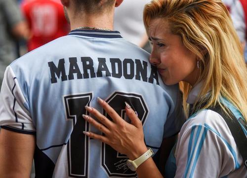 سوگواری طرفداران مارادونا در غم از دست دادن اسطوره آرژانتینی فوتبال جهان در بیرون محوطه استادیوم