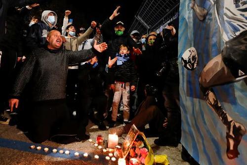 اجتماع طرفداران مارادونا در سوگ مرگ این اسطوره فوتبال جهان در بیرون محوطه استادیوم