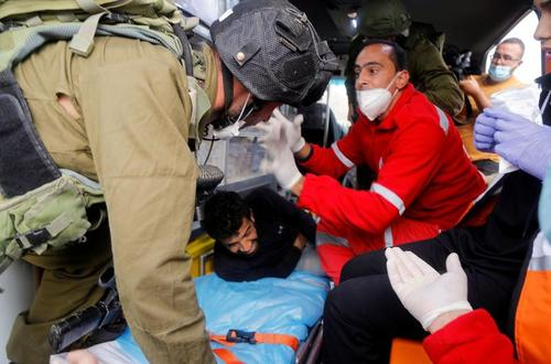سرباز اسراییلی در حال دستگیری یک معترض زخمی فلسطینی از داخل آمبولانس در جریان تظاهرات بر ضد شهرکسازیهای غیرقانونی اسراییل در کرانه باختری/ رویترز