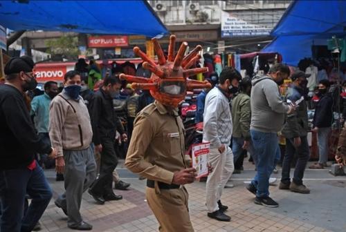 کمپین آگاهسازی مردم از خطرات ویروس کرونا در بازار شهر دهلی هند/ خبرگزاری فرانسه