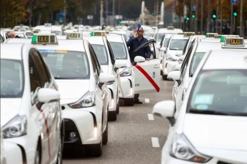 اعتصاب رانندگان تاکسی در شهر مادرید اسپانیا در اعتراض به عدم کمک دولت به آنها در بحران کرونا/ رویترز