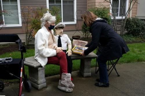 توزیع غذا و هدیه برای ساکنان یک خانه  سالمندان در شهر سیاتل مرکز ایالت واشنگتن آمریکا/ رویترز