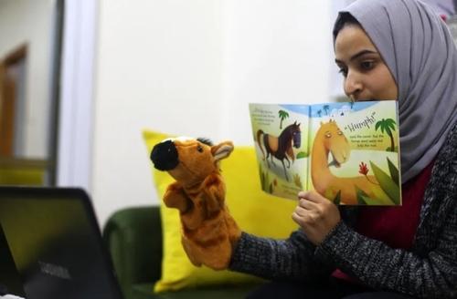 یک معلم در نوار غزه در حال تدریس آنلاین از خانه/ APA