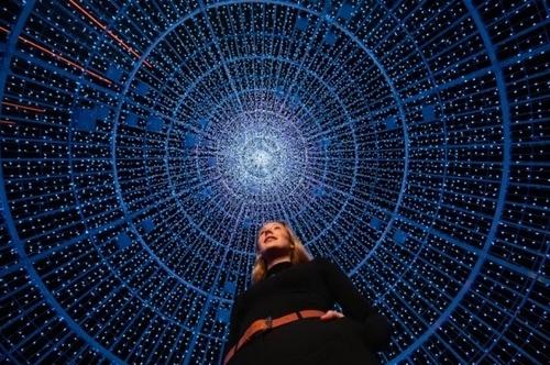 نصب بزرگترین درخت الایدی کریسمس در شهر لندن با استفاده از 100 هزار لامپ در پارک ویمبلی/ PA