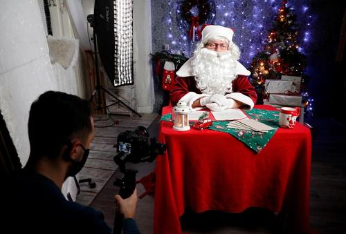 ارتباط زنده مجازی بابانوئل با بچهها در بوداپست مجارستان/ رویترز