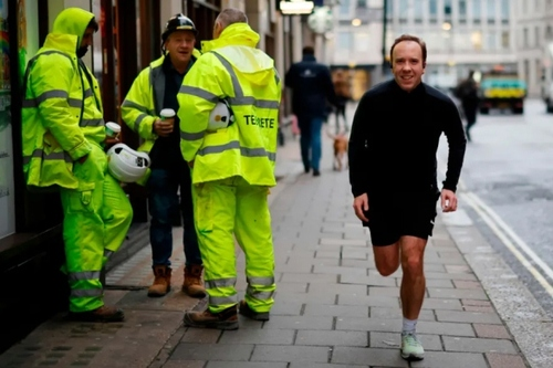 ورزش صبحگاهی وزیر بهداشت بریتانیا در خیابانهای لندن/ خبرگزاری فرانسه