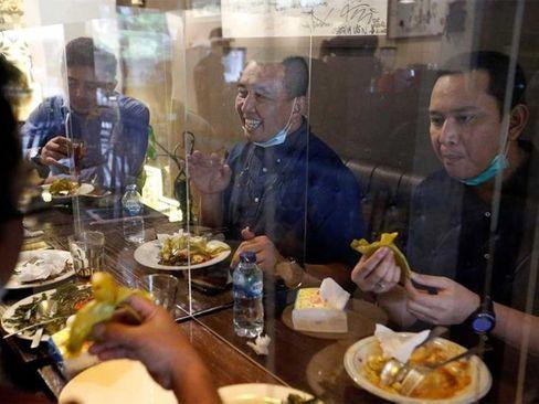 نایلونهای محافظ در رستورانی در شهر جاکارتا اندونزی/ رویترز
