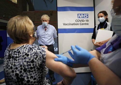 آغاز طرح واکسیناسیون سراسری کرونا در بریتانیا. بوریس جانسون نخست وزیر بریتانیا در حال تماشای تزریق واکسن به شهروندان در بیمارستانی در لندن/ آسوشیتدپرس