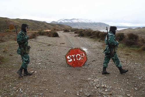 سربازان ارتش آذربایجان که به تازگی در منطقه جبراییل در نزدیکی مرز ایران مستقر شدهاند. این منطقه پیشتر در کنترل ارتش ارمنستان بود./ رویترز