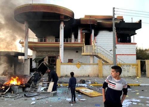 آتش زدن مقر حزب دموکراتیک کردستان عراق در جریان اعتراضات مردمی در سلیمانیه عراق/ رویترز