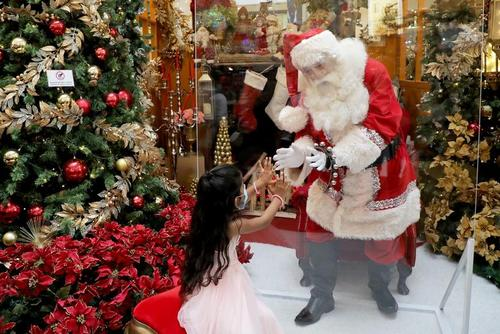 بابانوئل داخل حباب در یک مرکز خرید در شهر کوالالامپور مالزی/ رویترز