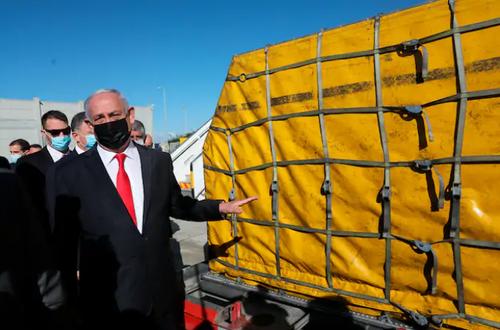 حضور بنیامین نتانیاهو در مراسم تحویل 100 هزار دوز واکسن تولیدی شرکت آمریکایی فایزر به اسراییل در فرودگاه بین المللی بن گوریون در تل آویو/ آسوشیتدپرس