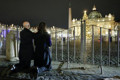 مسیحیان کاتولیک پشت در بسته میدان سن پترز واتیکان در شب کریسمس/ رویترز