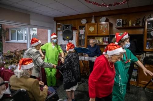 جشن شب کریسمس در یک خانه سالمندان در شهر مادرید اسپانیا/ گتی ایمجز