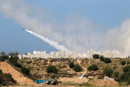 شلیک موشک به سمت دریای مدیترانه در رزمایش مشترک گروههای مقاومت فلسطینی در باریکه غزه/ رویترز