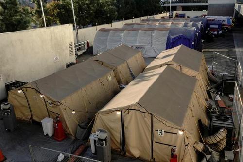چادرهای صحرایی بستری بیماران کرونایی در محوطه بیمارستانهای شهر