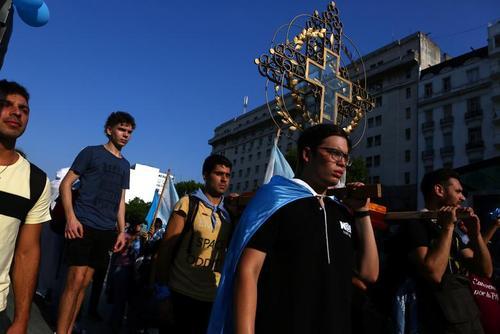 مخالفان سقط جنین در تظاهراتی در مقابل مجلس سنای آرژانتین در شهر بوینوسآیرس همزمان با بحث کردن این مجلس روی لایحه قانونی شدن سقط جنین/ رویترز