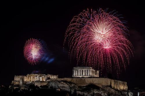 جشن و آتش بازی در شب سال نو میلادی در پایتختهای دنیا  آتن