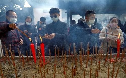 روشن کردن شمع و عود در معبد بودایی در شهر ووهان چین به مناسبت سال نو/ رویترز