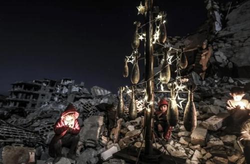 کودکان سوری در ادلب سوریه یک درخت کریسمس با استفاده از گلولههای خمپاره منفجر نشده درست کردهاند./ خبرگزاری آناتولی