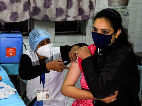 آغاز واکسیناسیون کرونا روی داوطلبان آزمایش انسانی در هندوستان/ ANI و آسوشیتدپرس