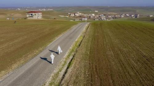 ورود یک تیم بهداشتی به روستایی در استان دیاربکر ترکیه برای بررسی موارد احتمالی ویروس کرونا/ خبرگزاری آناتولی